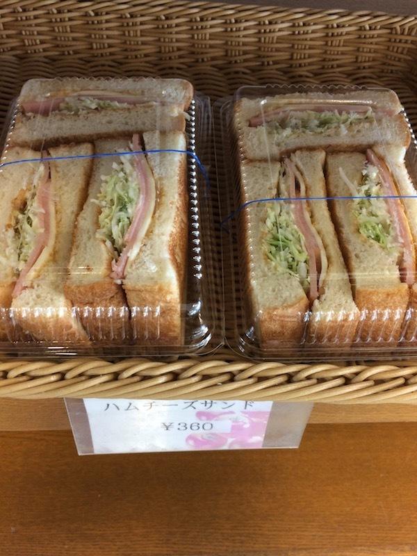 4階のカフェテリアで焼きたてパン・お弁当を購入可能