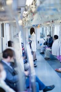 電車で隣の人が居眠りして肩に寄りかかって来るときの対処法。足を踏まれた時の対処法。
