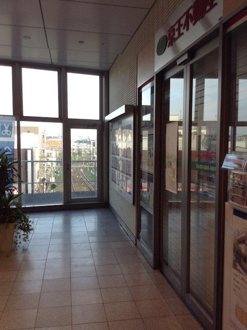永福町駅2階のカルディ、京王不動産の横から電車を見る