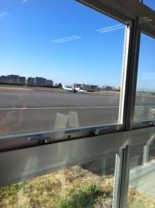 飛行機が見たい子供。調布飛行場はオススメ。