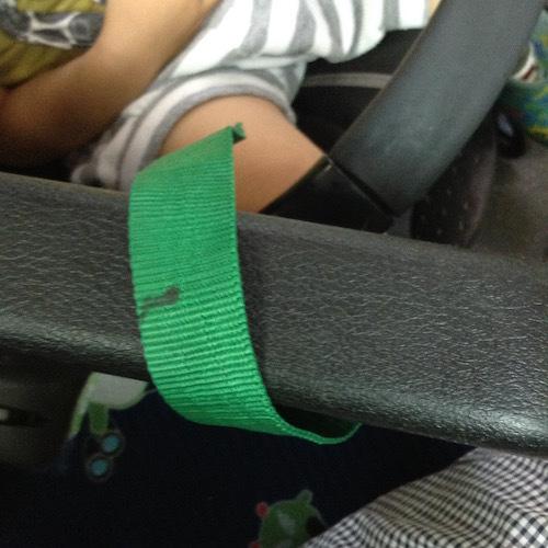 バスでベビーカーを固定