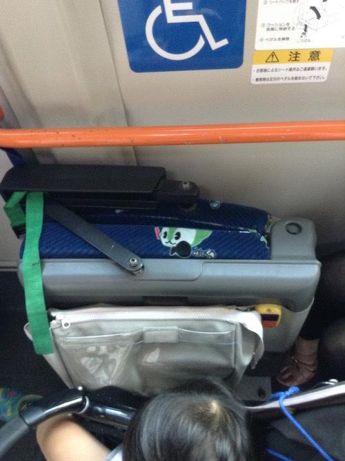 バス内の車椅子・ベビーカー固定方法や座席の倒し方・折りたたみ方