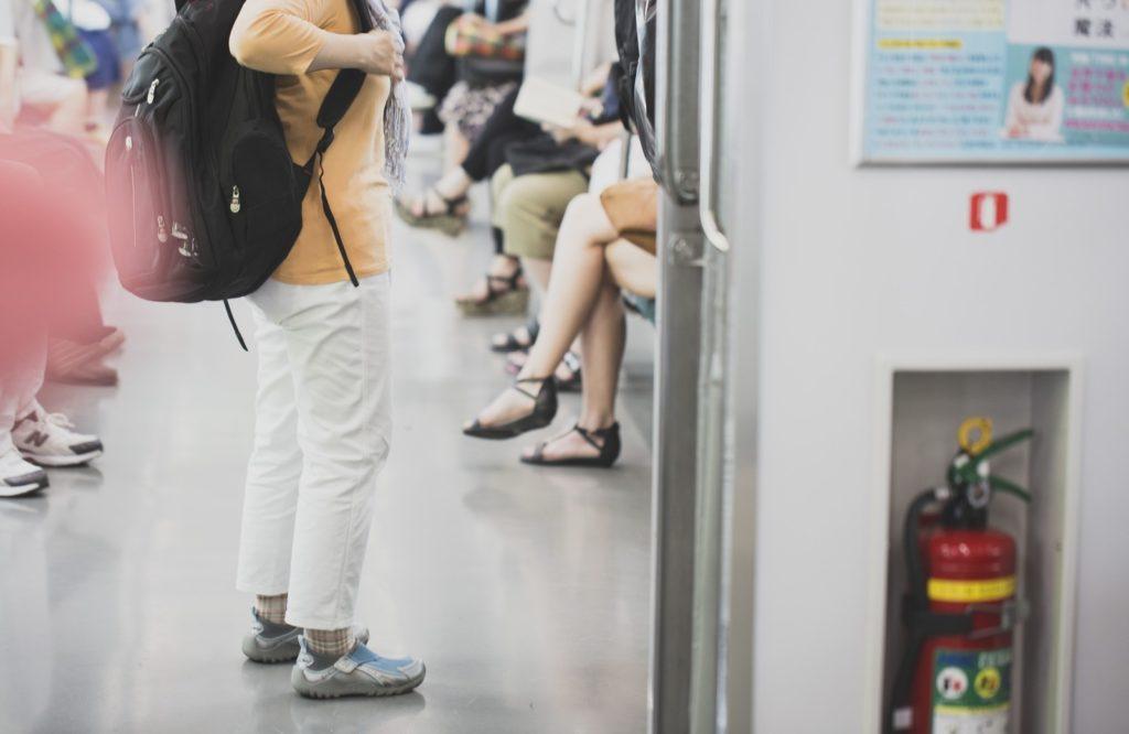 電車で隣に座るおじさんがわざと肘や膝をぶつけて嫌がらせしてウザい