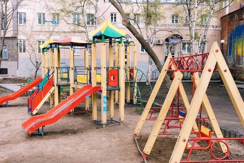 児童館・公園で放置子とバカ親が迷惑でイライラするから注意して叱る