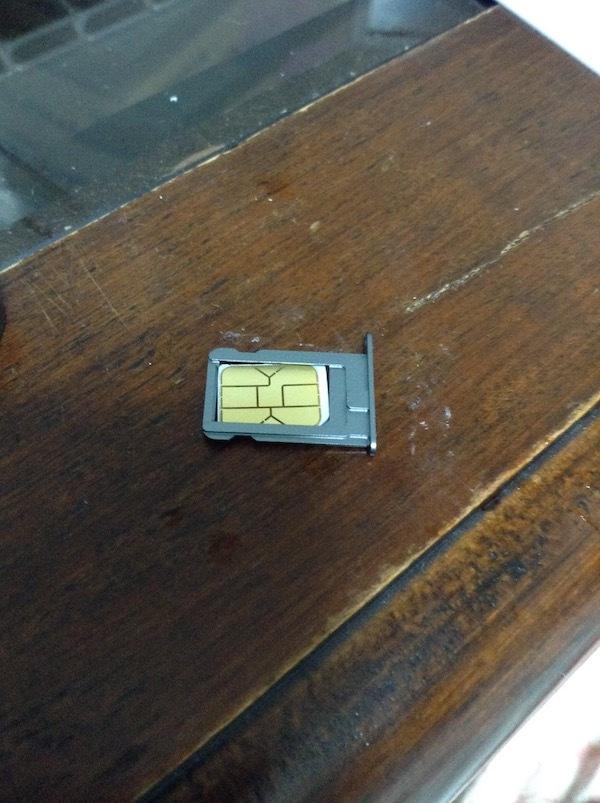 iPhone5sにnanoSIMカードを入れる
