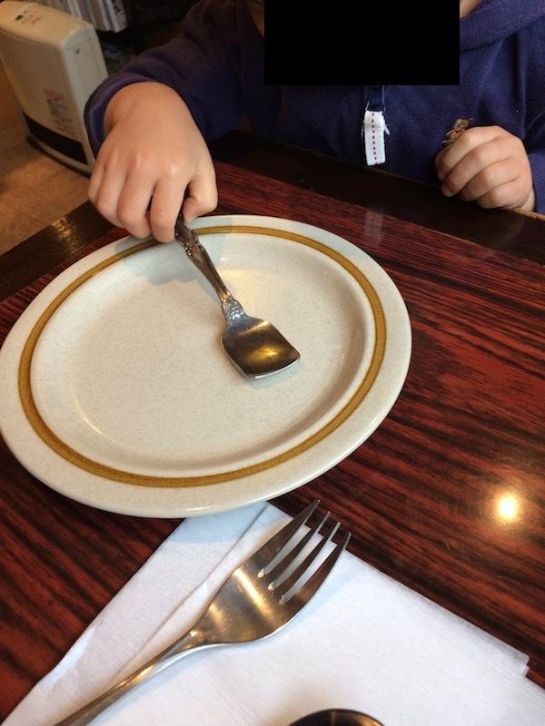 小さい子供用のスプーンと取り分け皿