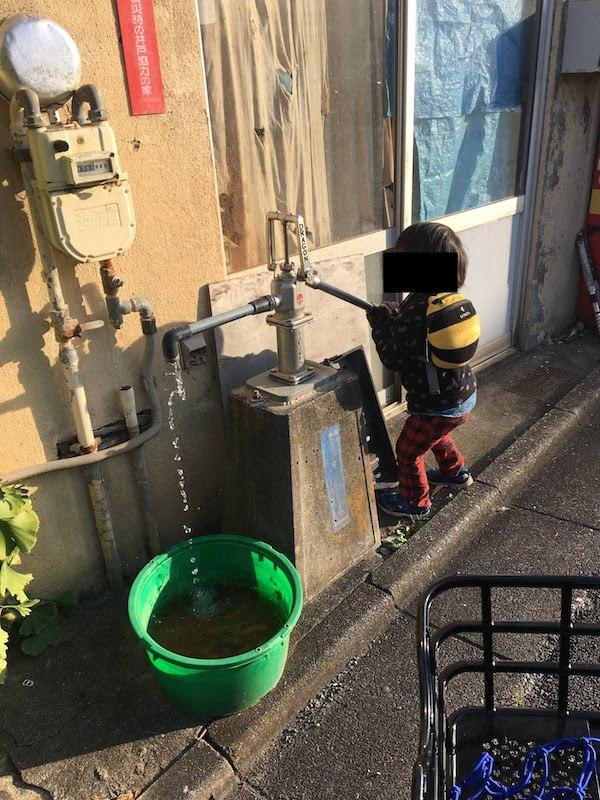 本天沼児童館近くの妙正寺川沿いの災害時の井戸協力の家の井戸