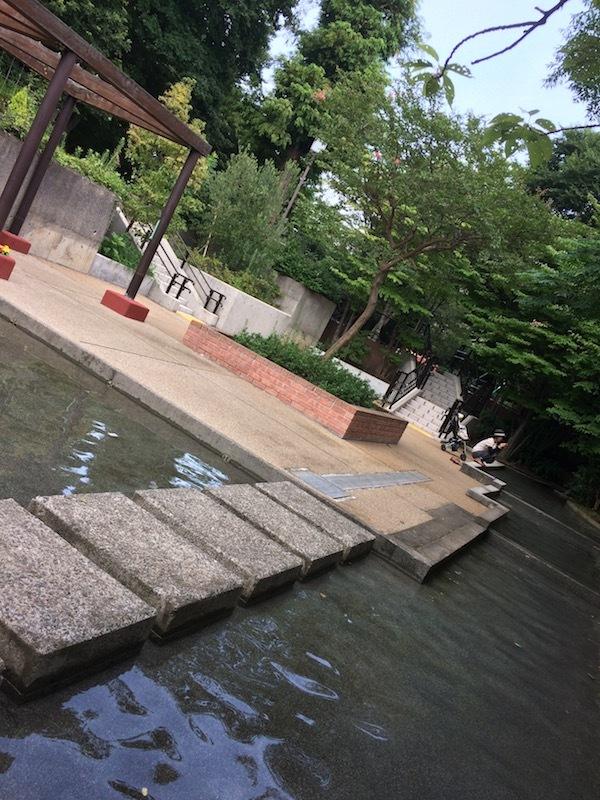 三田丘の上公園のじゃぶじゃぶ池で水遊び