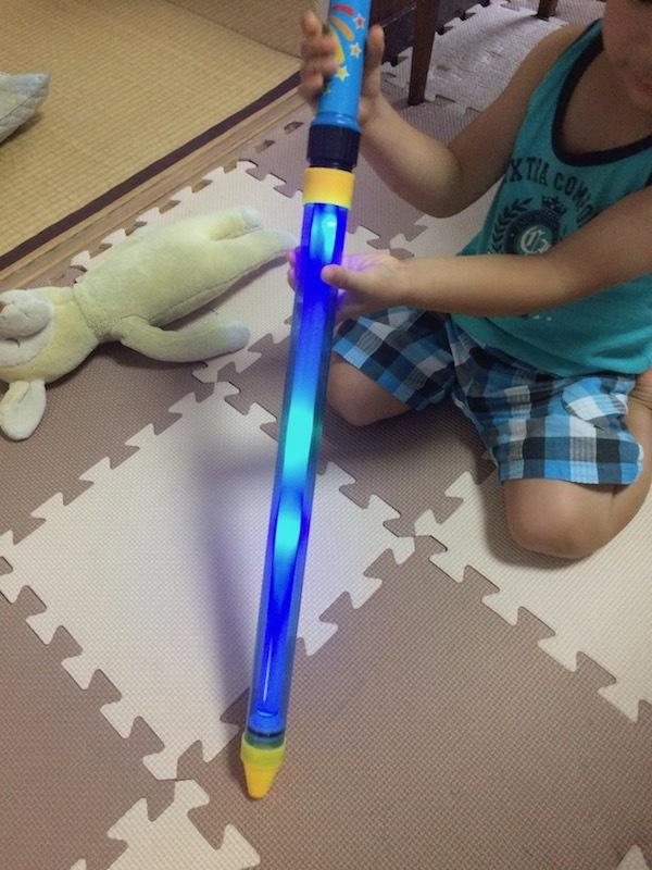 シリンジ式光る水鉄砲は安い値段で飛距離長いし小さい子供におすすめ
