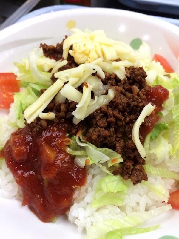 那覇空港の空港食堂で遅い朝食やランチに沖縄料理