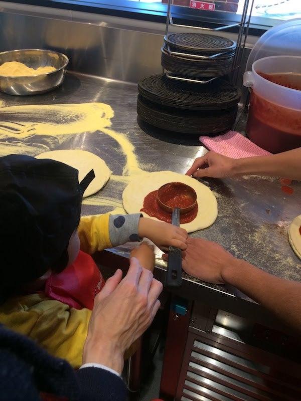 お店でプロ仕様の本格的なピザ作りが楽しめる