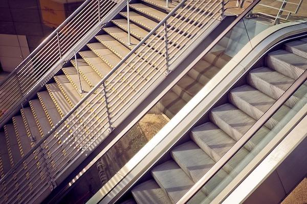 駅の階段でベビーカー降ろすのを手伝うタイミングが難しくて後悔した