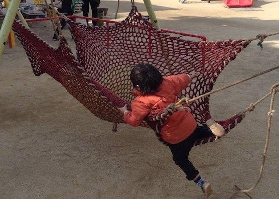 プレーパークではターザンロープ、ハンモック等のロープ遊びが楽しめる