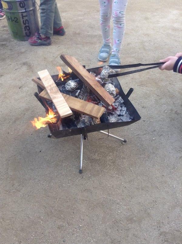 焚き火に火を起こして焼き芋や焼きマシュマロが作れる