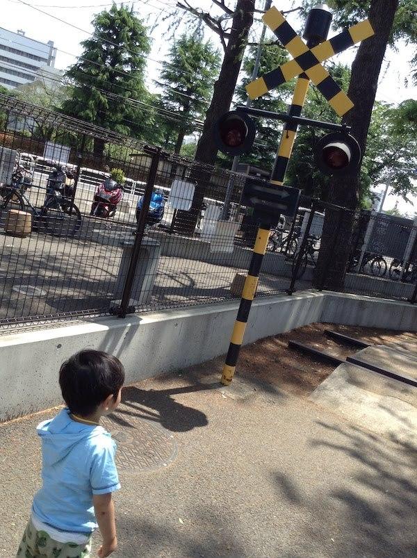 世田谷公園には機関車や踏切もある