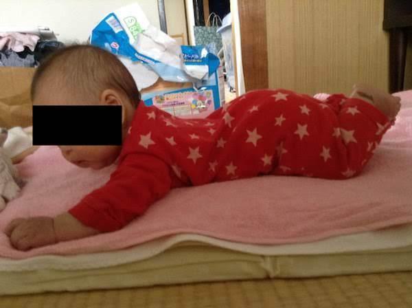 生後4ヶ月で赤ちゃんが寝返りした。練習で寝返りの時期は早くなるか
