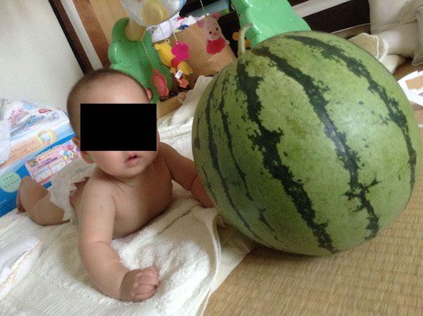 生後6ヶ月の赤ちゃんの成長。うつ伏せで飛行機のポーズ。離乳食順調