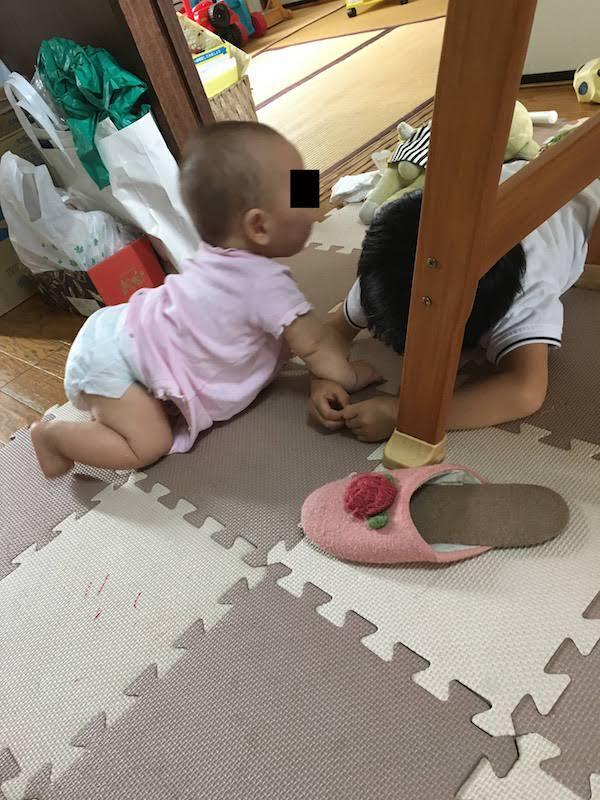生後7ヶ月の赤ちゃんの成長。よく笑う。ハイハイ上手で立て膝お座り