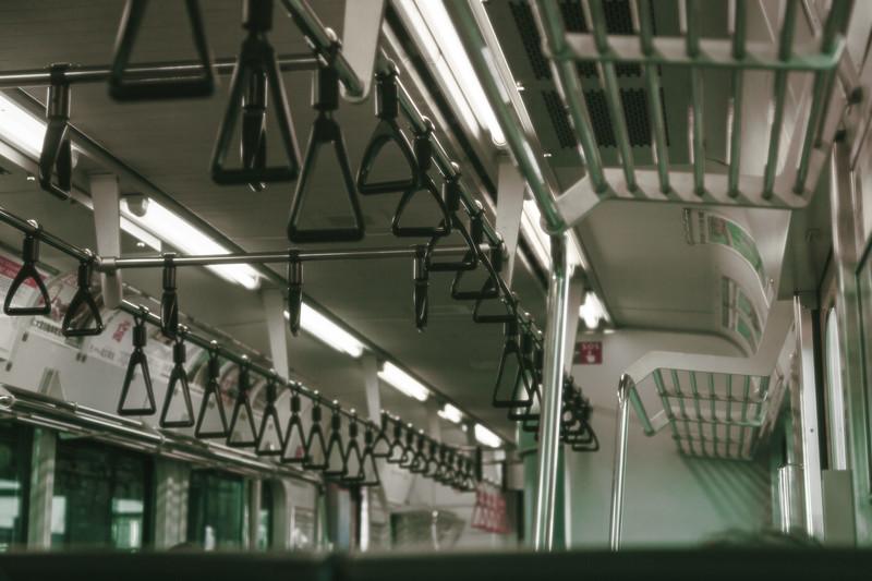 始発電車で隣の席のおっさんがお姉さんに足踏まれて喧嘩をふっかけた