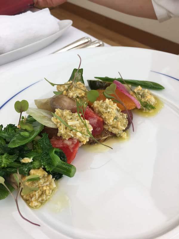 前菜の、島根県産名残の寒ブリの炙りフルーツトマトと春野菜のグレッグソースラヴィゴット