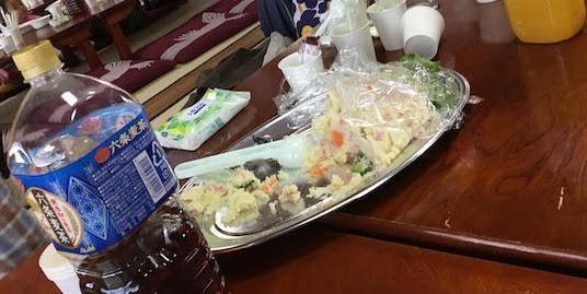 無料のビーフカレー、サラダ、デザート、飲み物がものすごく美味しいし量が多い