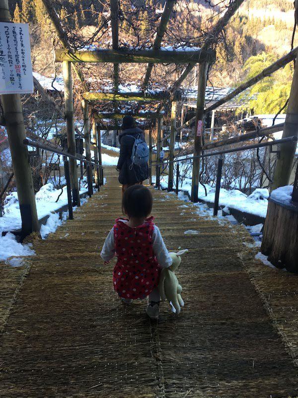 かやぶきの郷薬師温泉 旅籠の敷地内は広いので子供の遊び場に最適である